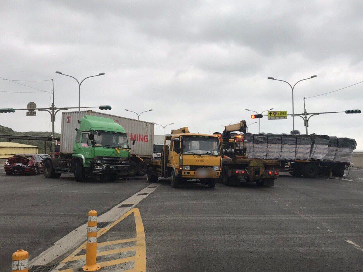 車禍現場4輛車追撞,一度造成西濱快速道路車流受阻,現場一片狼藉。記者巫鴻瑋/翻攝