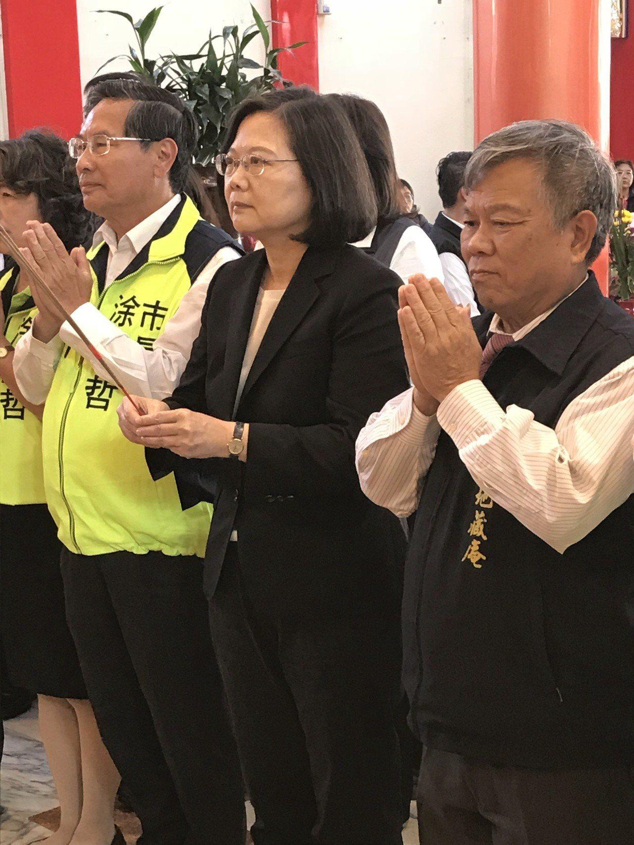 總統蔡英文(中)今天下午到嘉義地藏庵祈福。記者姜宜菁/攝影