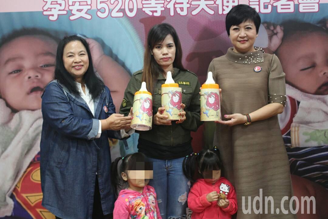 關愛之家創辦人楊婕妤(左)、藝人崔佩儀(右)、移工媽媽Lisa(中)及她的兩個女...