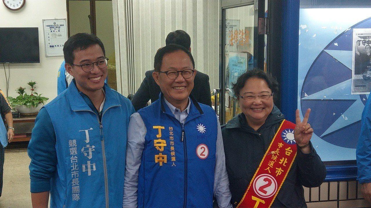 國民黨台北市長候選人丁守中與妻子溫子苓、小兒子丁世豪(左)首次在媒體前亮相。記者...