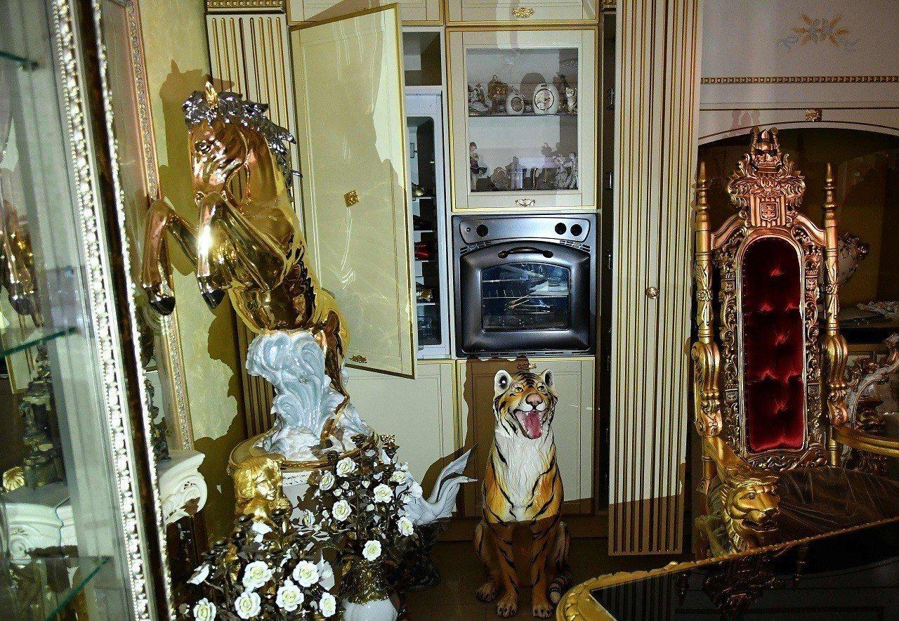 義大利首都羅馬警察20日拂曉突擊卡薩孟尼卡黑手黨家族的8棟違法別墅,並拍下大量鍍...