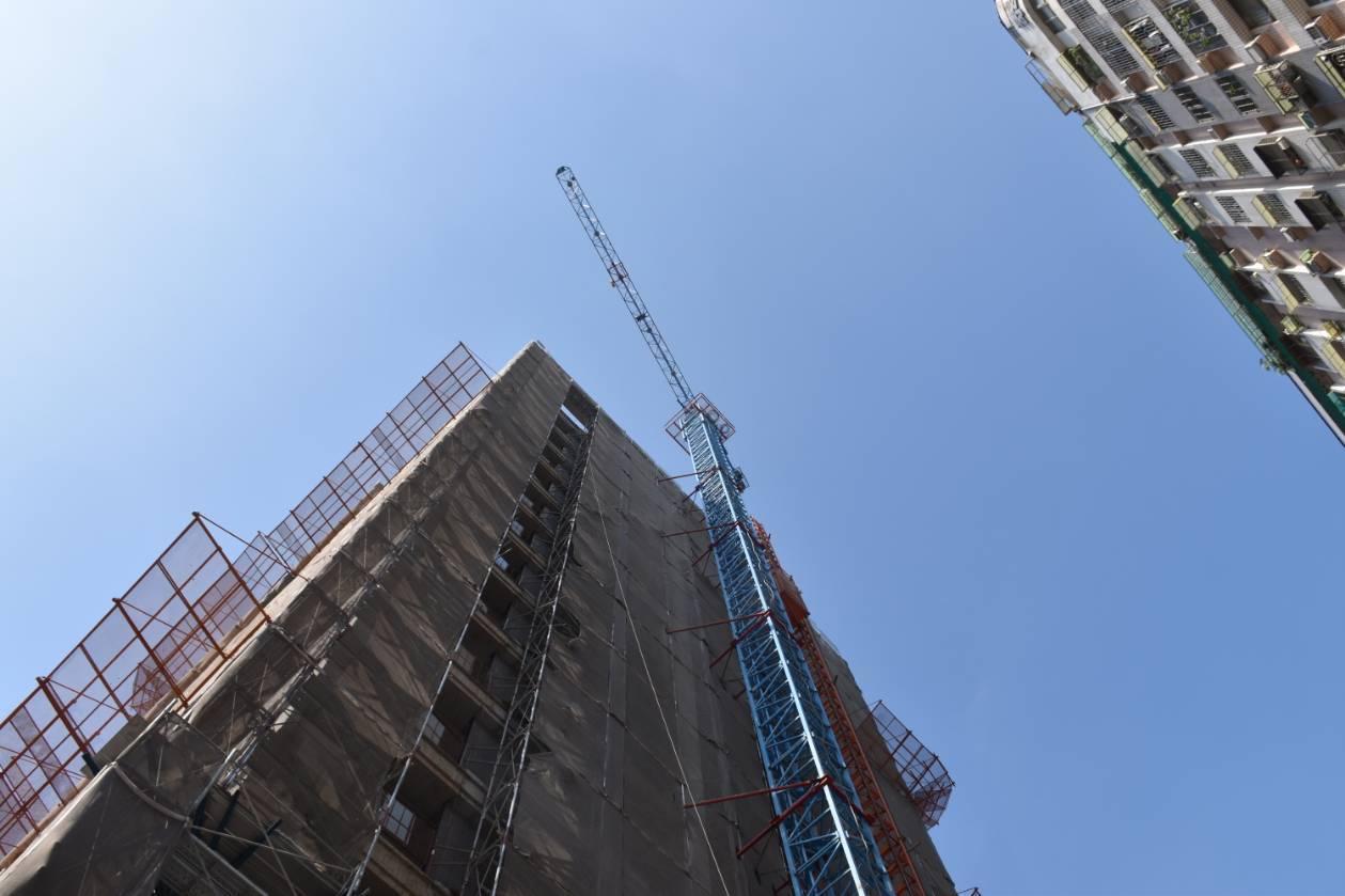 建築工地以塔吊吊掛沙包上樓,不料裝沙的太空包吊耳斷開,沙包自14樓處墜地。記者林...
