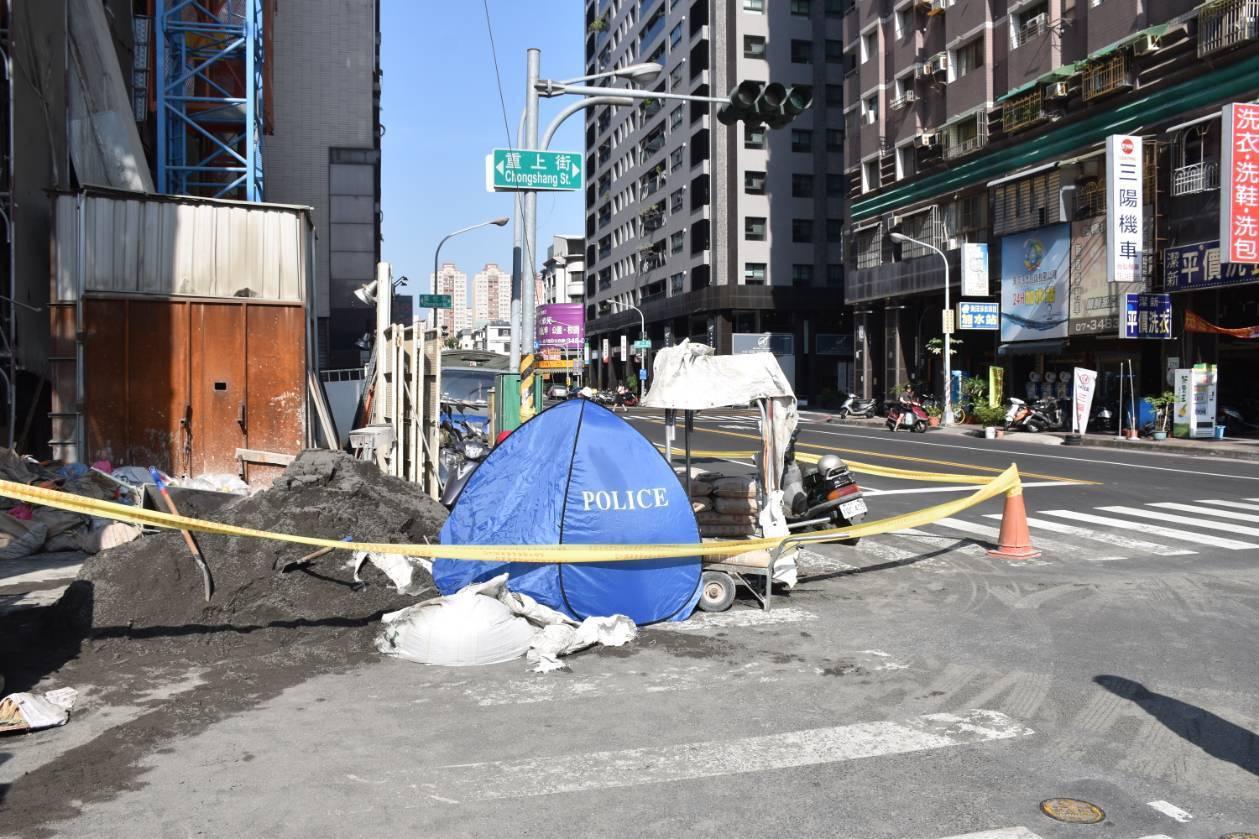 侯姓女子在建築工地1樓鏟沙,裝填沙包,被墜落的沙包壓死,由警方以大體帷幕覆蓋。記...