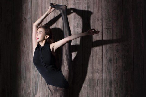蕭薔2019年年曆22日起正式發行,她在年曆中除擺出瑜伽高難度POSE,被戲稱為「陰間大法師」的翻版後,更驚人的是,她竟然擠進23年前在「一簾幽夢」中練習芭蕾舞所穿的緊身衣,身材23年不變。蕭薔19...