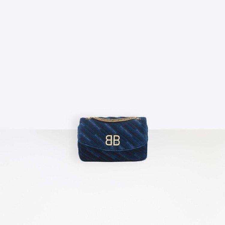 Balenciaga的BB Round包,靈感則是來自1972年Cristoba...