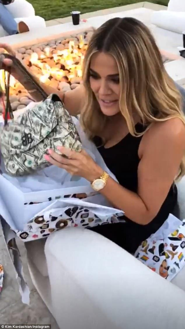 Khloé Kardashian生日禮物就是BB Round美金印花包。圖/摘自...