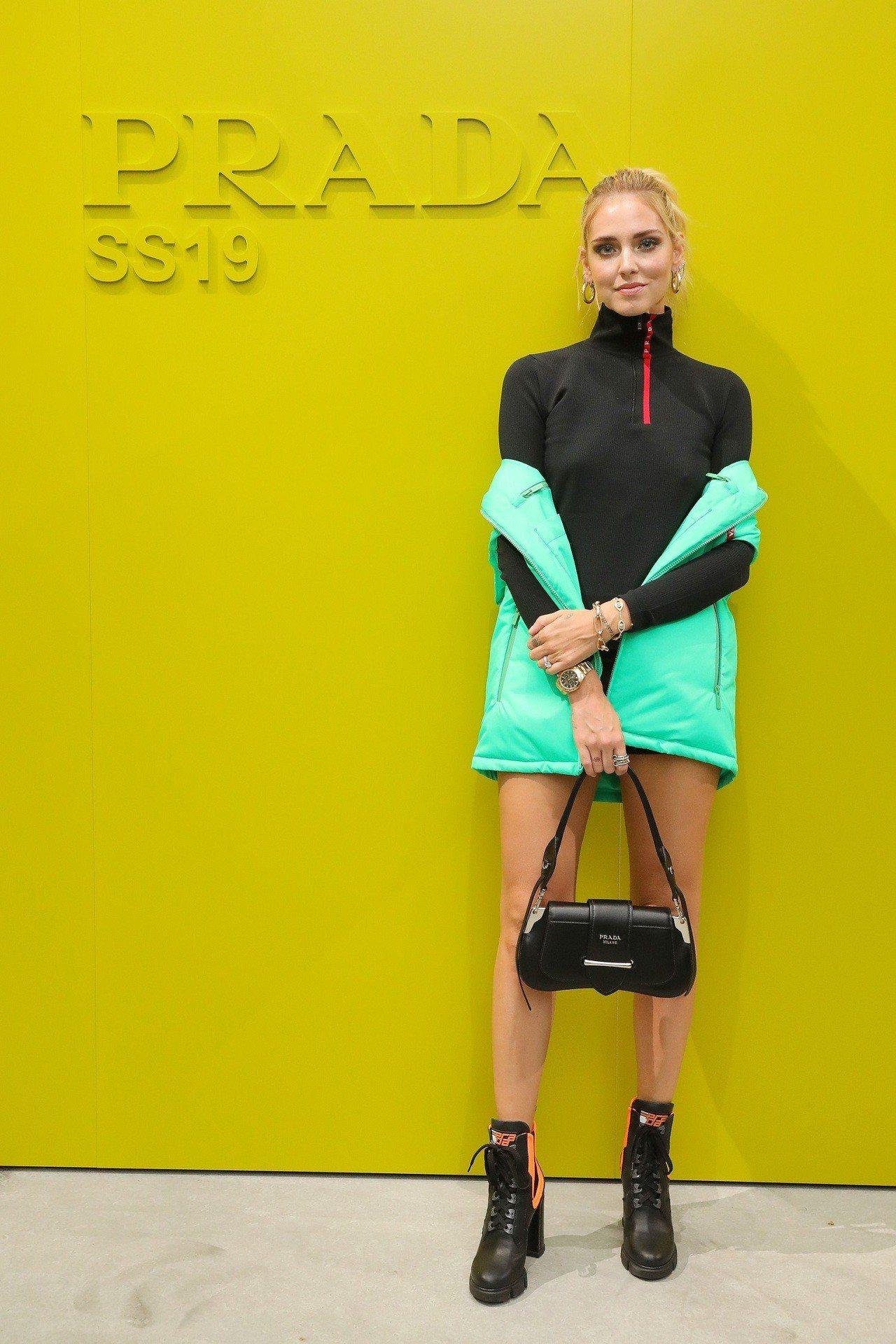 時尚部落客Chiara Ferragni拎Sidonie包。圖/PRADA提供