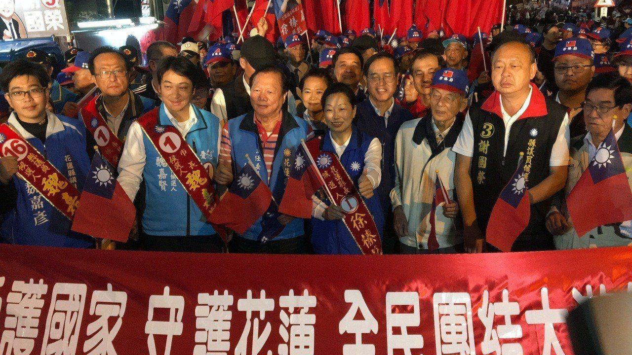 國民黨花蓮縣黨部在選前之夜的前一天發動「愛護國家、守護花蓮」大遊行,現場湧入數千...
