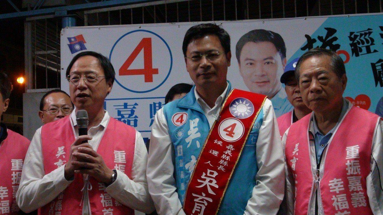 江宜樺(左一)談到這次全台地方大選的選情,表示國民黨的表現會比各方預期的更好,並...