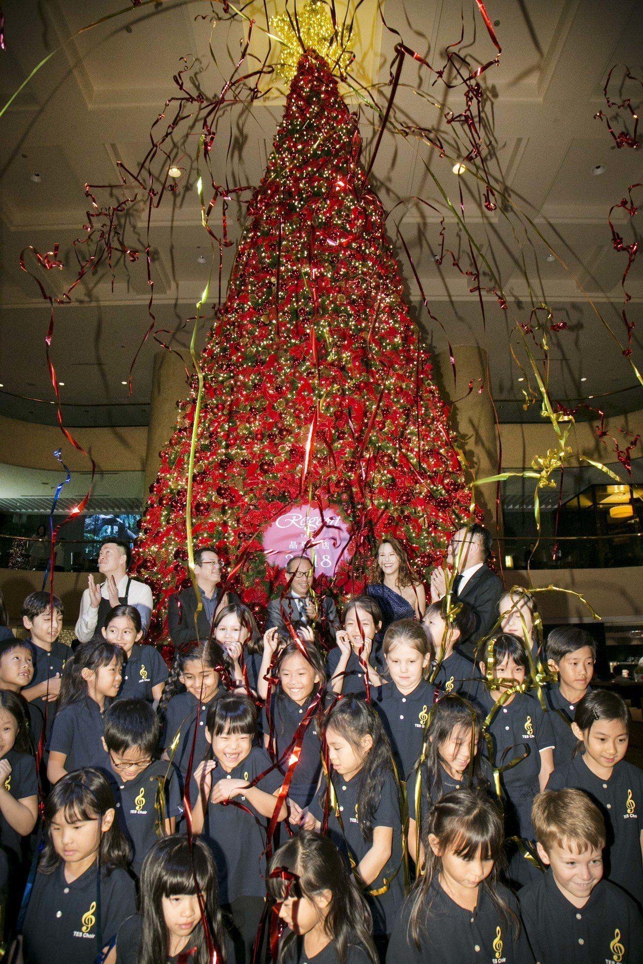 台北晶華酒店遵循著延續了26年的傳統,在飯店中庭搭建起三層樓高的聖誕樹。