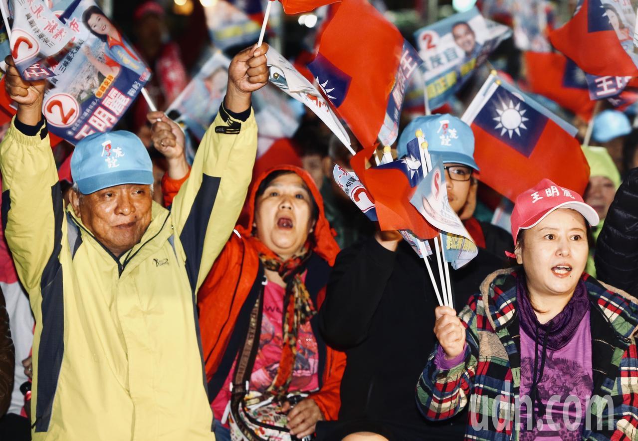 選戰進入倒數最後兩天,國民黨新北市長候選人侯友宜晚上在三峽舉行造勢晚會,現場湧入...