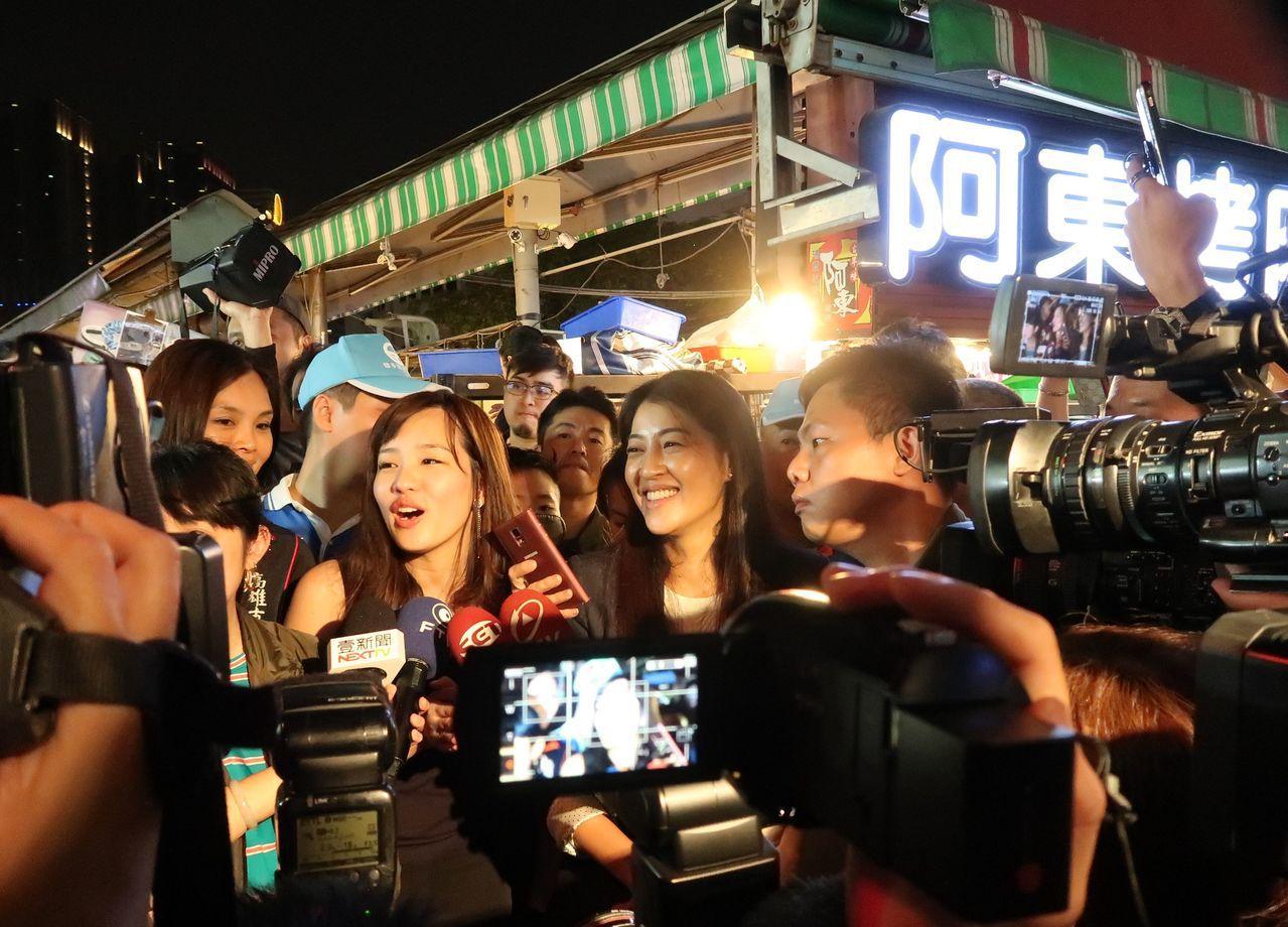韓國瑜女兒韓冰(左)代父親到瑞豐夜市拜票,引起轟動。記者徐如宜/攝影