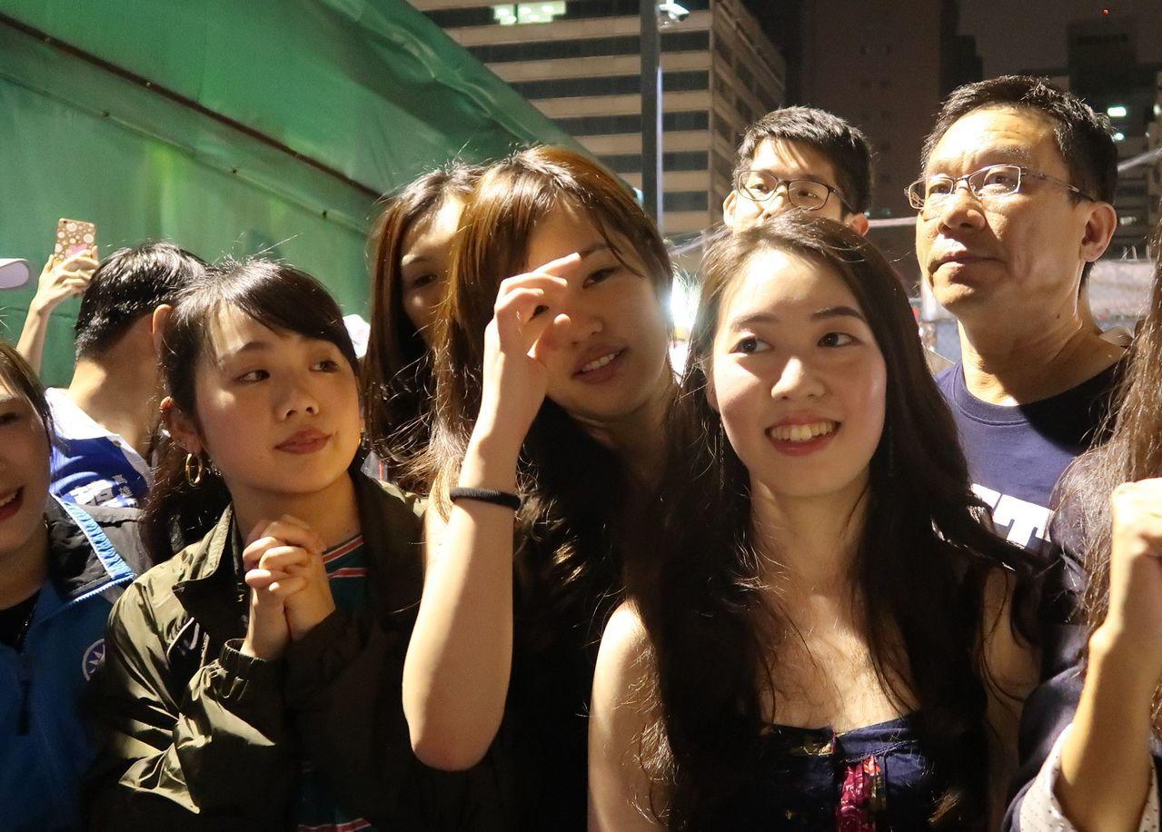「韓小編」們王律涵、韓冰、許右萱(前左至右)到瑞豐夜市拜票,人氣超旺。記者徐如宜...