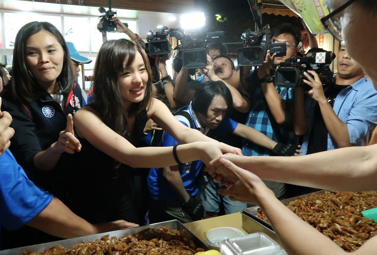 韓國瑜女兒韓冰(左二)代父親到瑞豐夜市拜票,緊握每一雙手。記者徐如宜/攝影