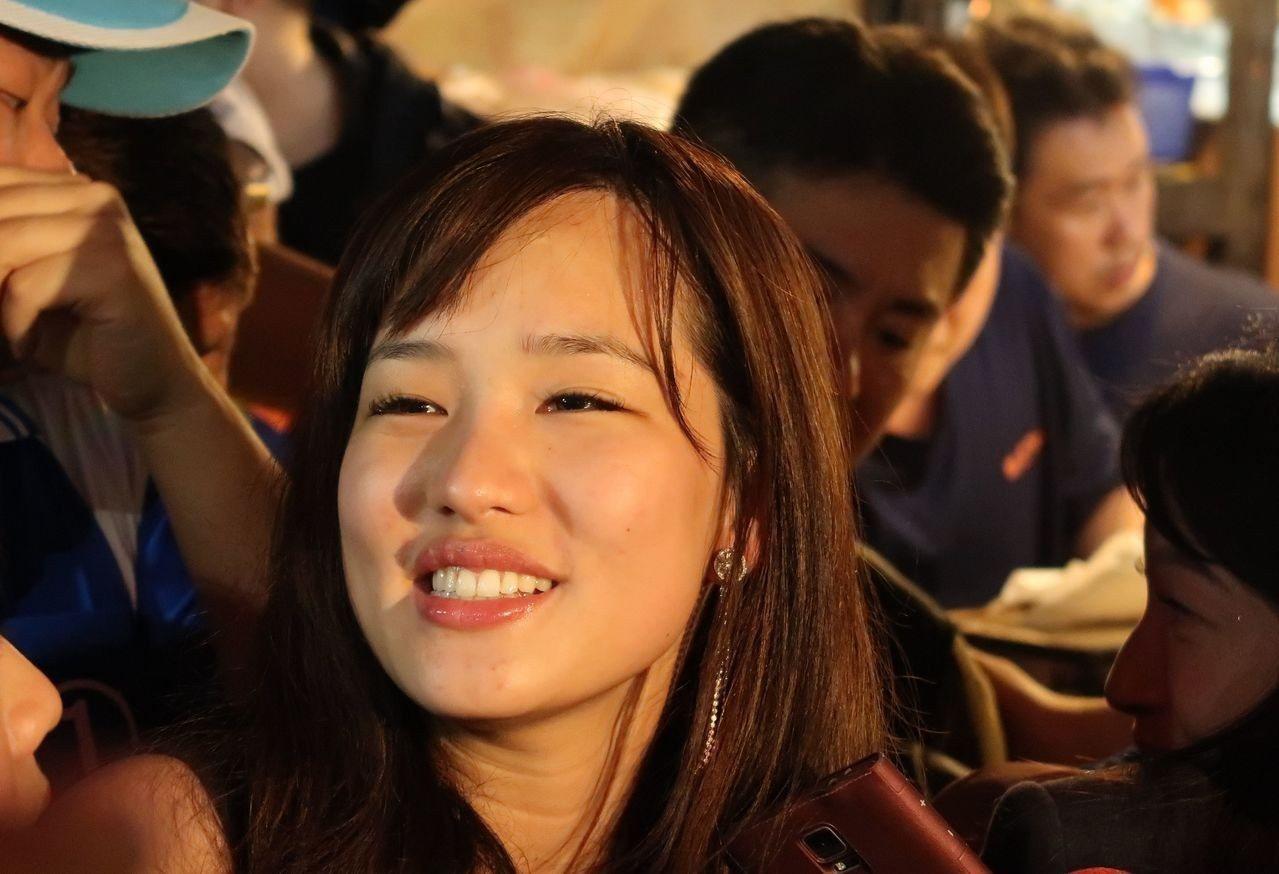 韓國瑜女兒韓冰代父親到瑞豐夜市拜票,顏值高引起轟動。記者徐如宜/攝影