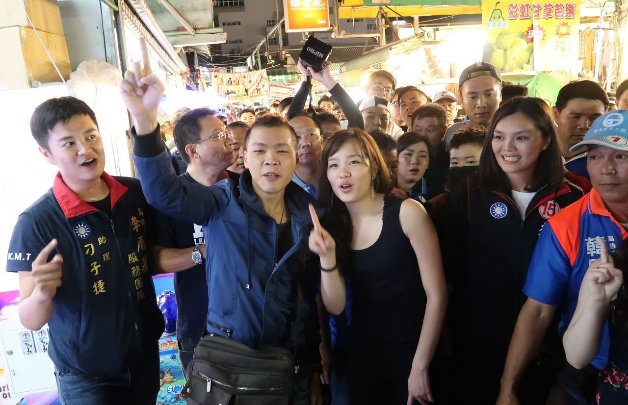 韓國瑜女兒韓冰代父親到瑞豐夜市拜票,民眾爭相合影。記者徐如宜/攝影