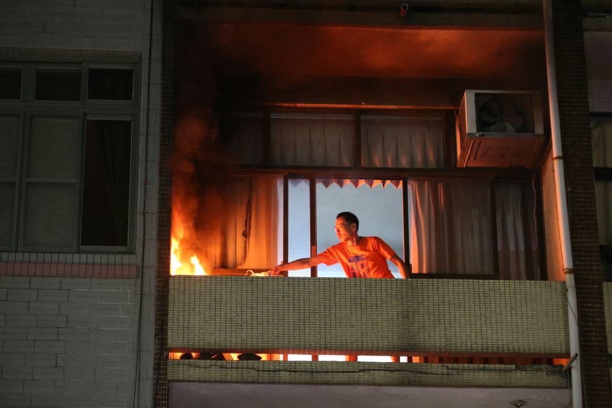 民眾趕緊撲滅火勢。記者劉學聖/攝影