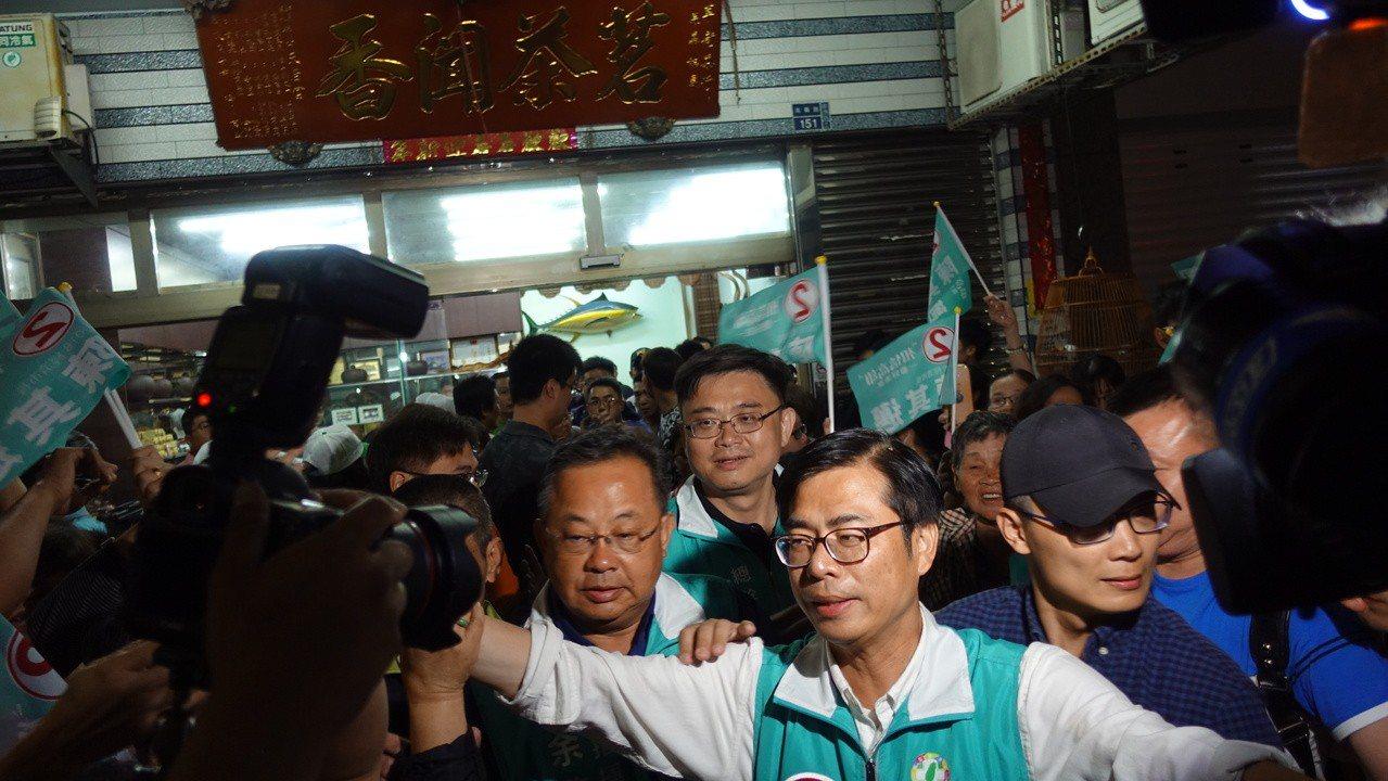 遇到火燒事件後,陳其邁隨即在附近茶行休息後,再出發繼續掃街行程。記者劉星君/攝影