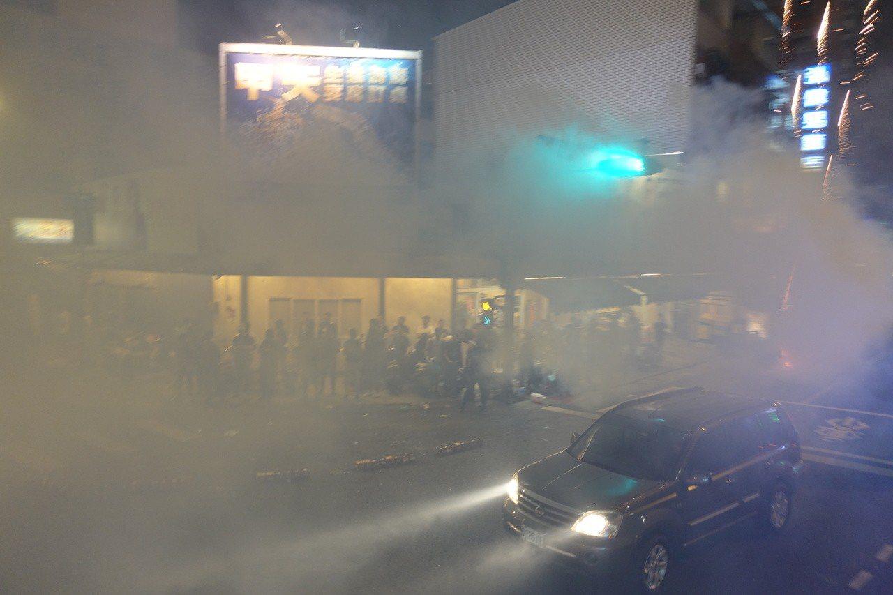 陳其邁與陳菊兩人首次合體掃街,沿途民眾放鞭炮,現場煙霧瀰漫。記者劉星君/攝影