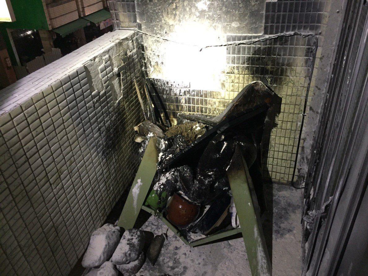 民宅三樓陽台起火,現場燃燒一張椅子,起火原因仍待釐清。記者劉星君/翻攝