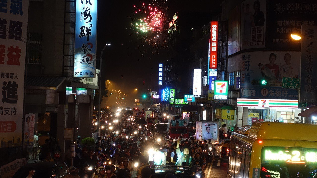 今天傍晚掃街時,沿途民眾一直施放鞭炮歡迎。記者劉星君/攝影