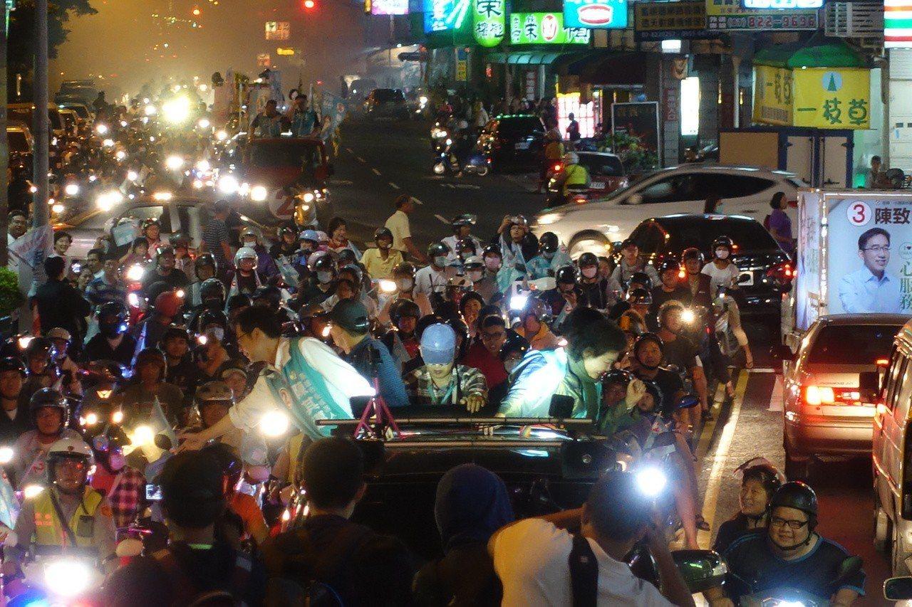 陳其邁與陳菊兩人首次合體掃街。記者劉星君/攝影