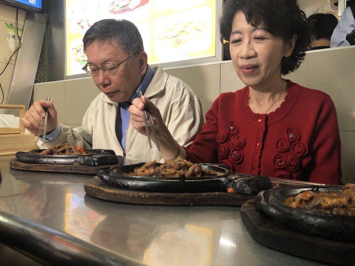 台北市長柯文哲今晚到水源市場、公館商圈掃街,行程前與夫人陳佩琪一同享用夜市牛排小...