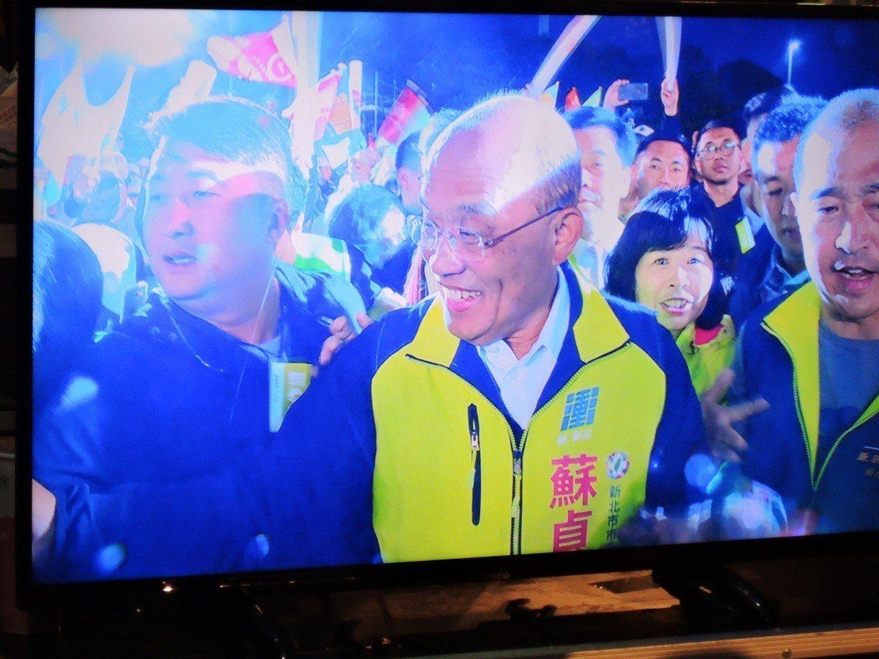 蘇貞昌晚間從中和趕到新莊造勢晚會,進場受到滿場群眾熱情歡呼。記者陳珮琦/攝影