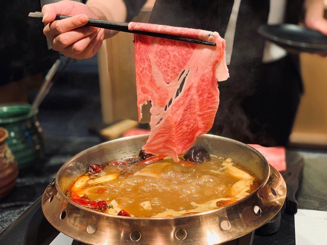 「和牛麻辣鍋」日本A5等級和牛紐約克涮煮後軟嫩化口。記者張芳瑜/攝影