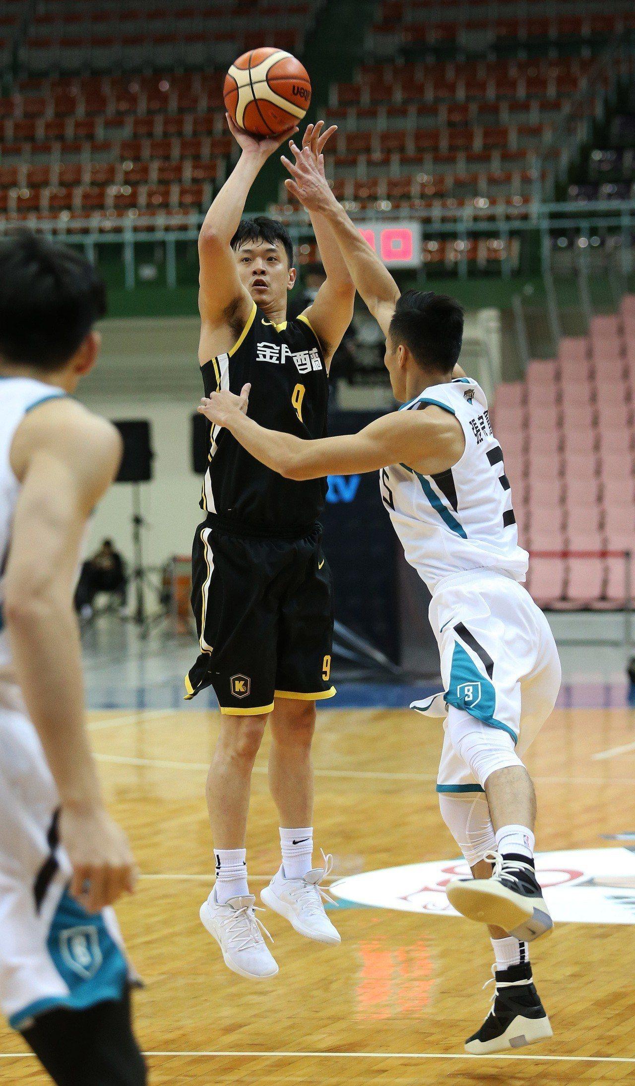 金酒隊張容軒(中)。圖/中華籃球協會提供