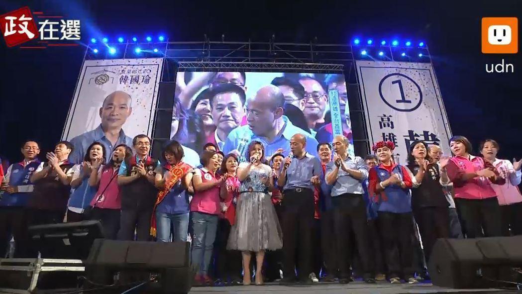 韓國瑜日前在晚會上與眾人演唱詹雅雯的「今年一定會好過」。 圖/取自聯合新聞網直播...