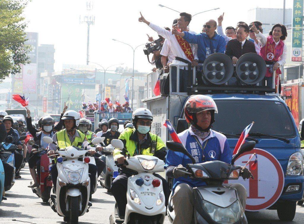 國民黨高雄市長候選人韓國瑜日前掃街,支持者沿途揮舞國旗。 圖/聯合報系資料照片