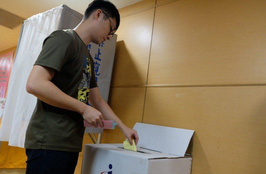 2016年大選投票率創新低,有學者認為是一些大學生因期末考而無法投票。 圖/聯合...