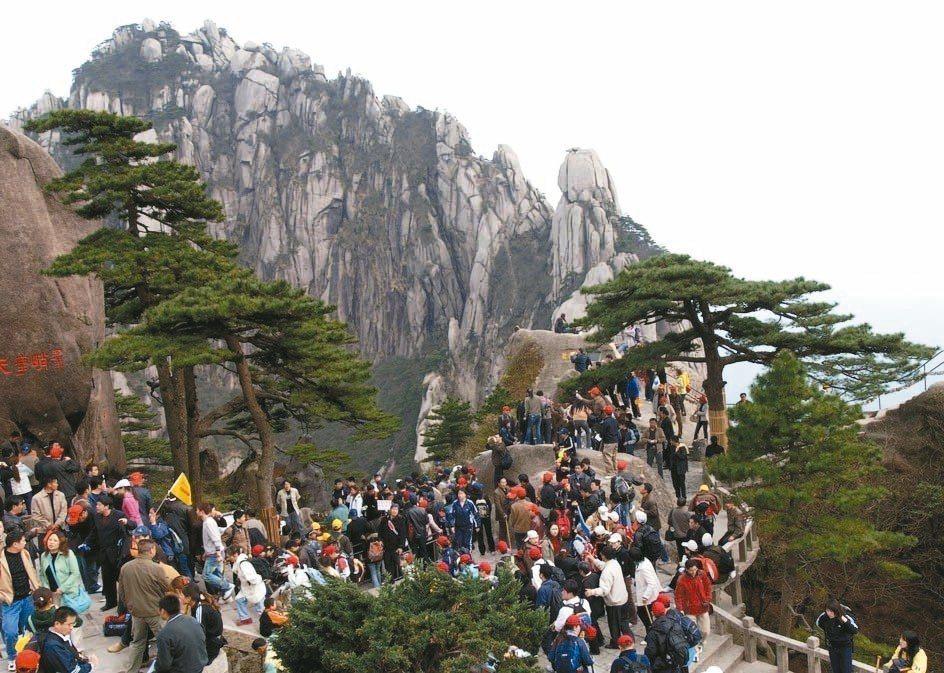 黃山旅遊提供優惠,股東可自選黃山旅遊旗下景區免費遊覽體驗。 中新社