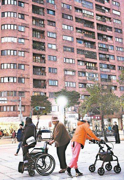 土銀與合庫昨日建議,以房養老貸款應比照購屋貸款利息,在申報所得稅時可扣除。 本報...