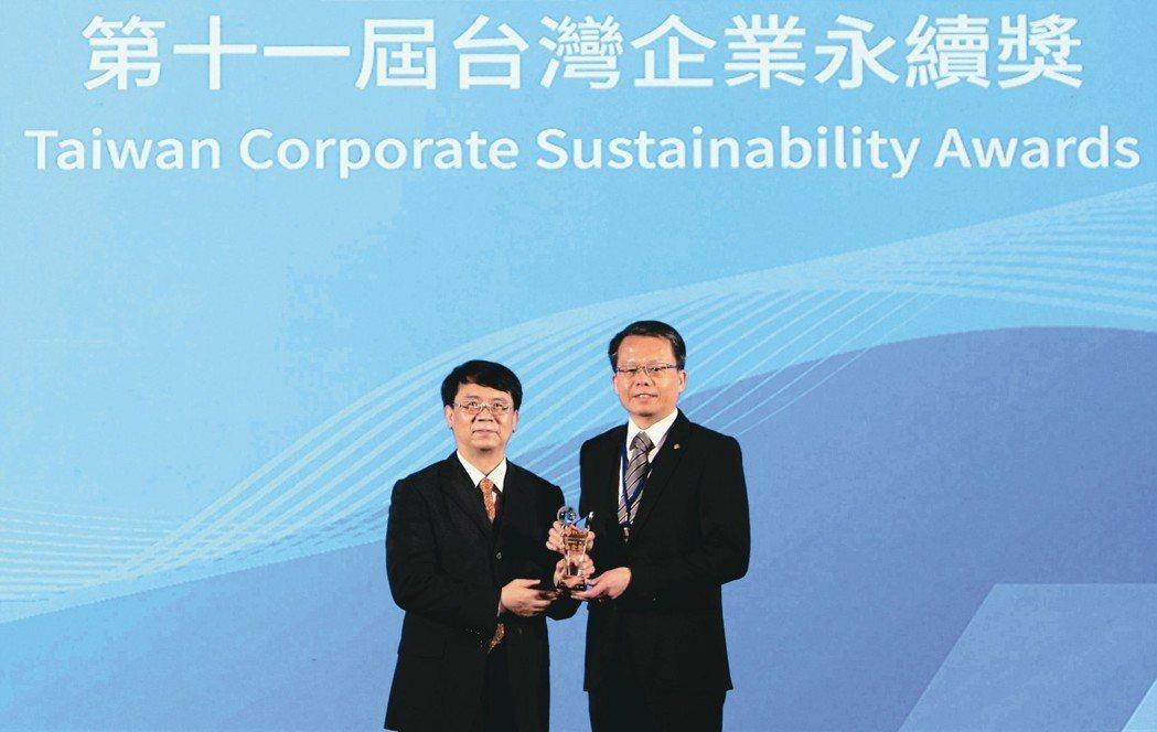 長榮航空總經理孫嘉明(右)代表領獎。 長榮航/提供
