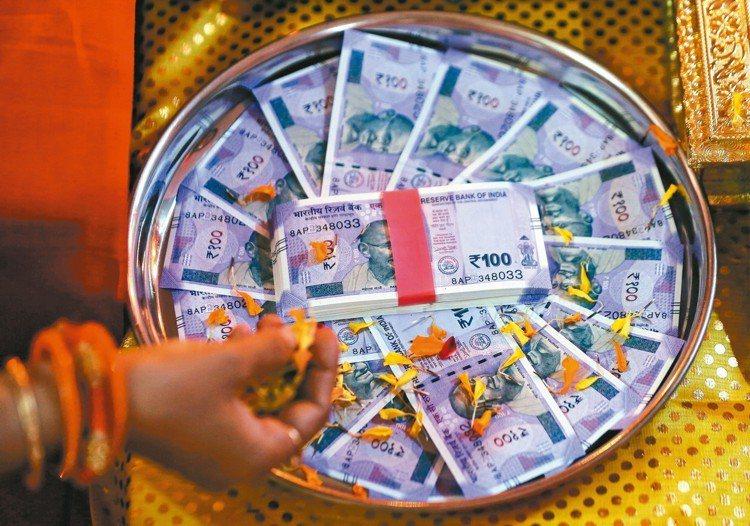 印度央行本月可望再加碼買進4,000億盧比,以捍衛盧比貶值、提高流動性。 路透