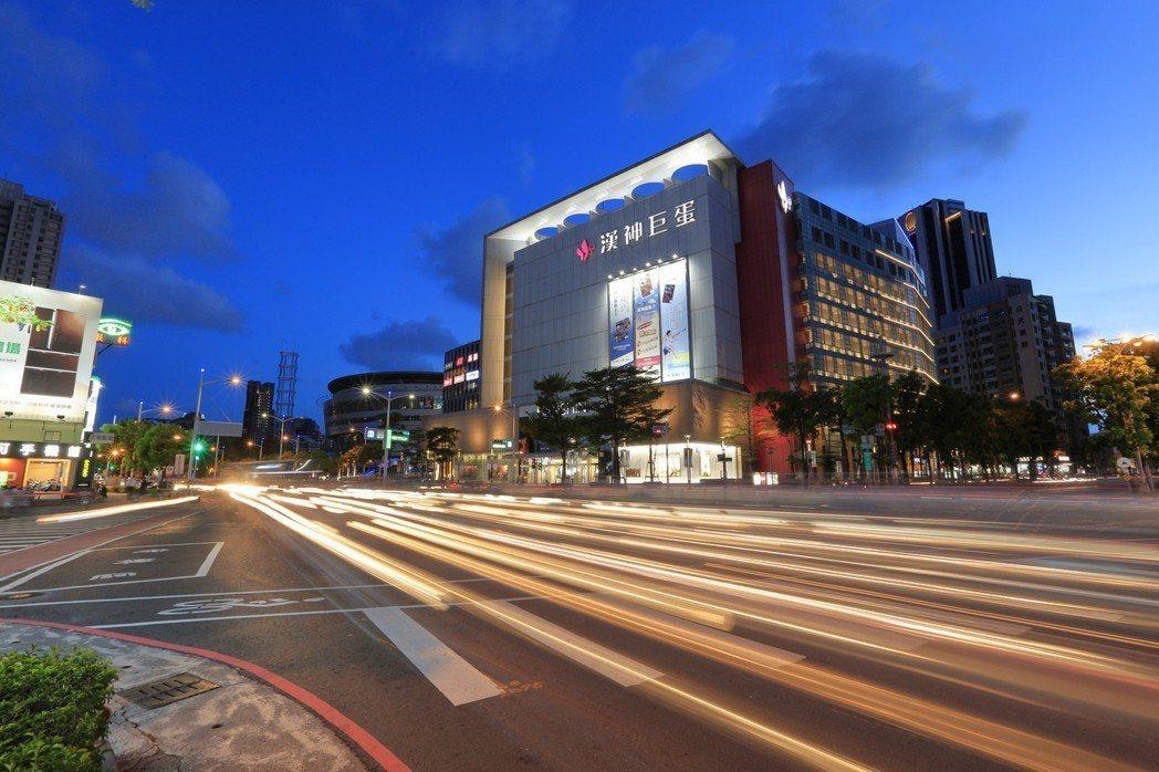 有百貨公司加持,人潮、錢潮及車潮川流不息。 圖片提供/京城建設