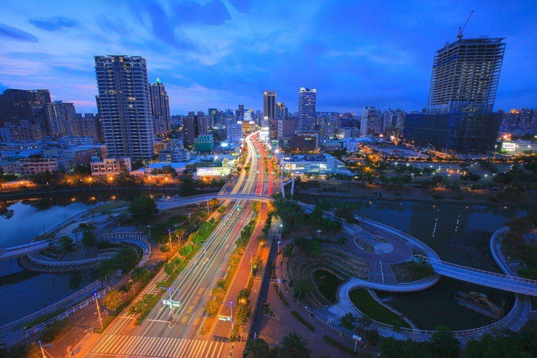 高雄博愛特區,就像是璀璨的商業珍珠,愈夜愈美。 攝影/張世雅