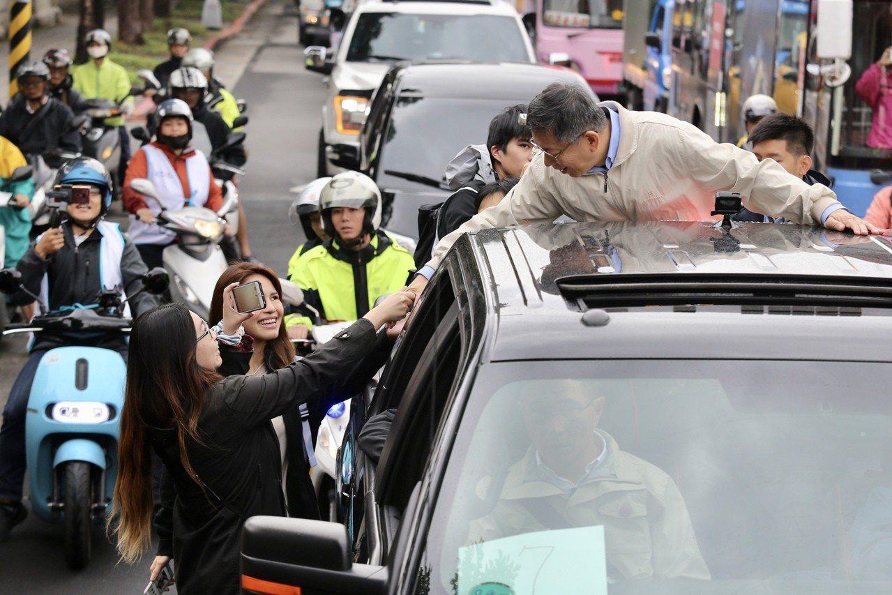 台北市長柯文哲22日首次啟動車隊掃街。記者林伯東/攝影