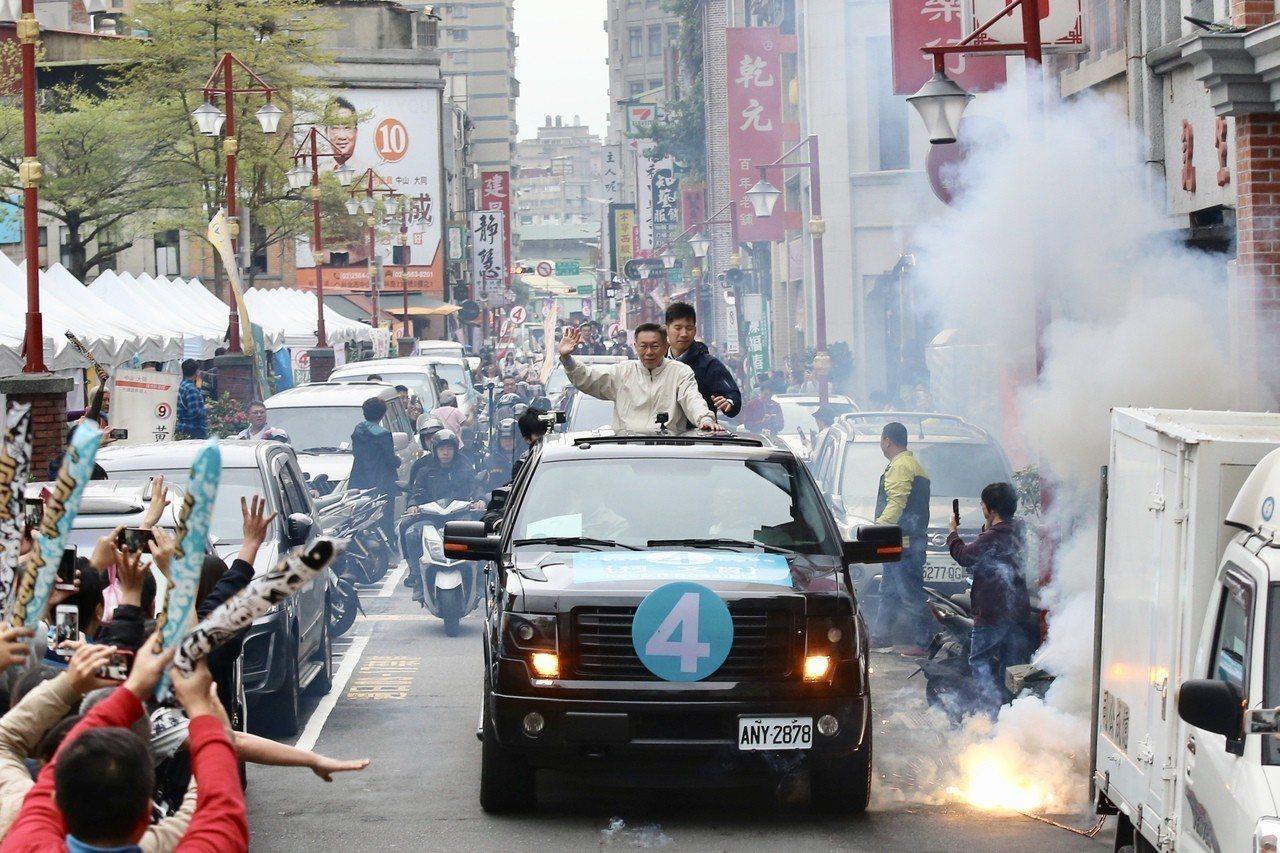 台北市長柯文哲(中上)進行車隊掃街。記者林伯東/攝影