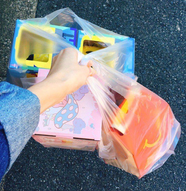 日本麥當勞推出新的野餐籃商品,造型可愛且可掛於汽車後背當置物架使用。圖/網友プリ...