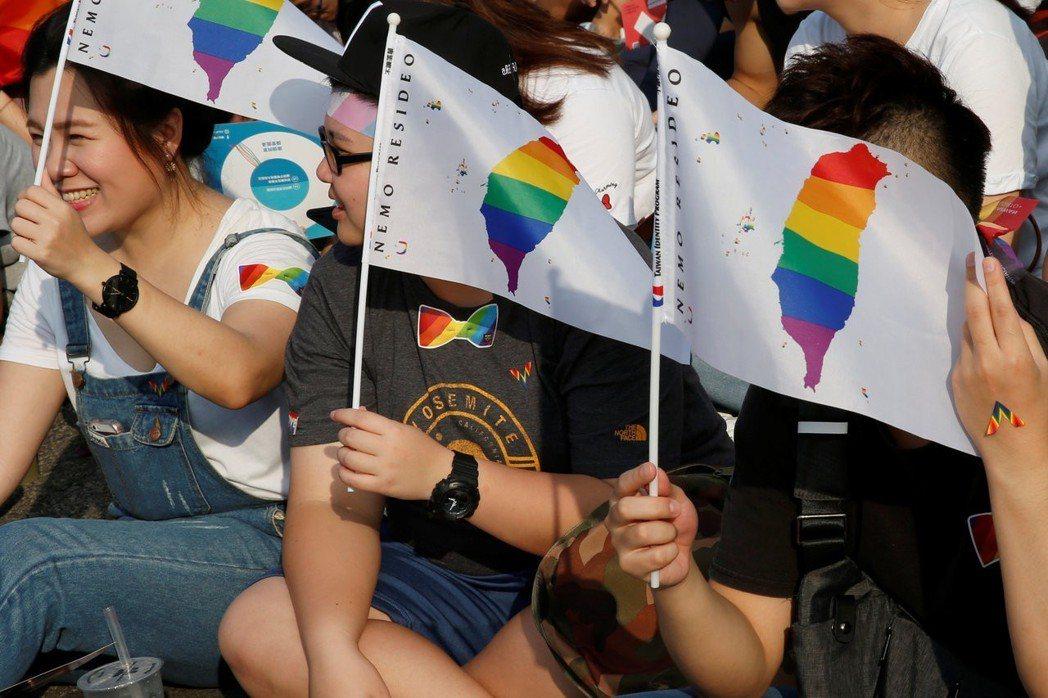 圖為11月18日,大批民眾挺身支持同婚公投。 圖/路透社