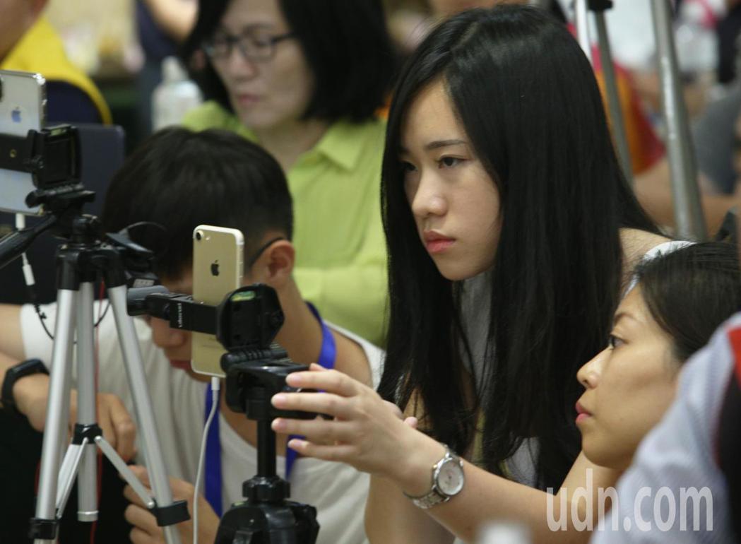 二女兒韓青也曾在記者會時幫忙直播,認真的模樣令人印象深刻。 圖片來源/聯合報系 ...