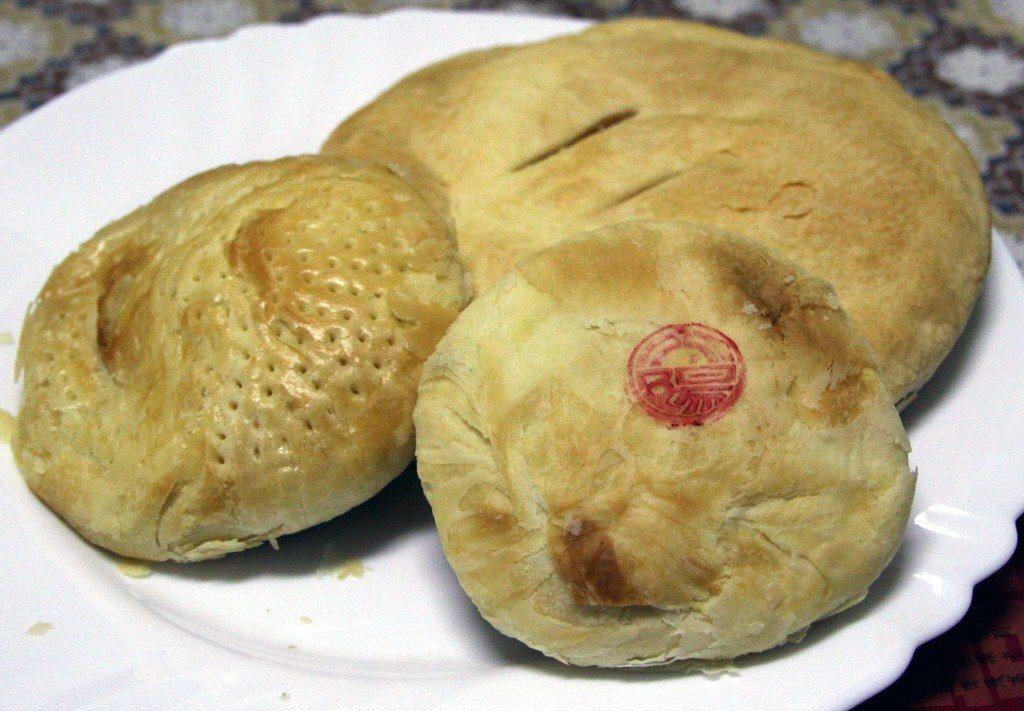由左至右:老婆餅、太陽餅、奶油酥餅。 圖片來源/聯合報系