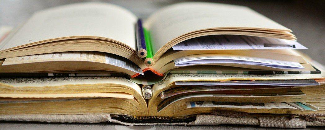 研究指出,專業的學習上,書本優於其他學習方式。圖/pixabay