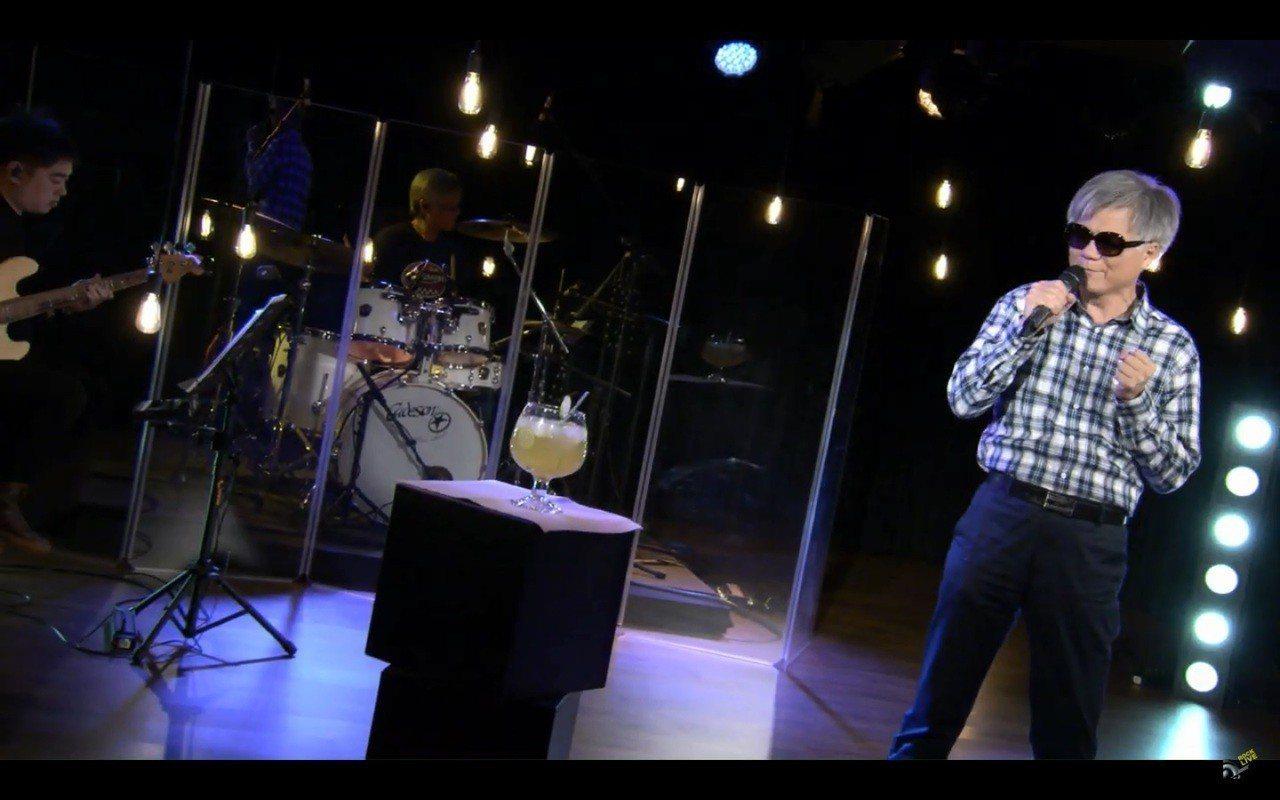 吳蕚洋在影片中大展歌藝,一旁的蜂蜜檸檬更是搶鏡。圖片來源/YOUTUBE