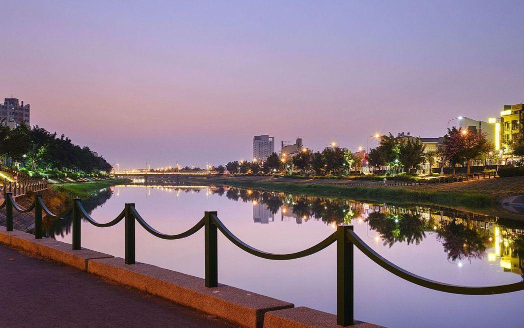 【河堤畔】與益群橋河堤為鄰,鑲詩河畔的抒情人生。圖片提供/雄鹿建設