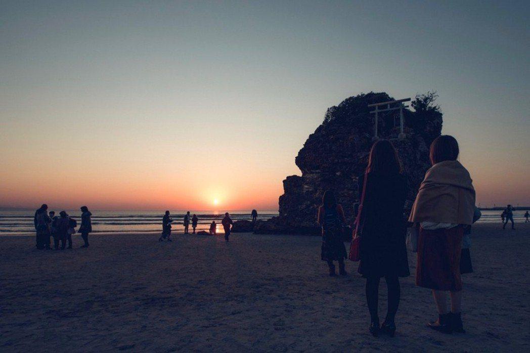 稻佐之濱,和出雲大社息息相關的景點,日落是其著名特色。 圖/日本遺產「日が沈む聖...