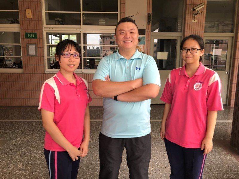 羅心伶(左)和吳昫虹(右)都覺得,李海碩老師(中)的任務導向課程特別有真實感。 ...